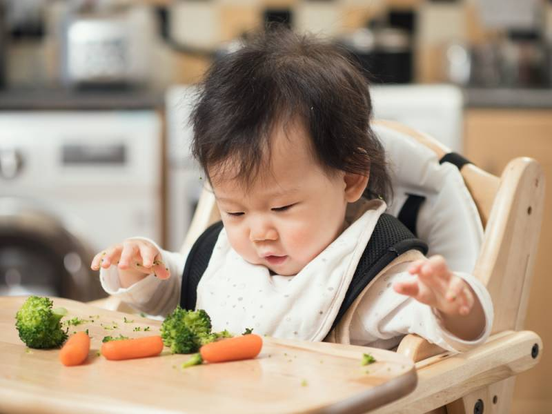 Feeding_baby_with_vegetables