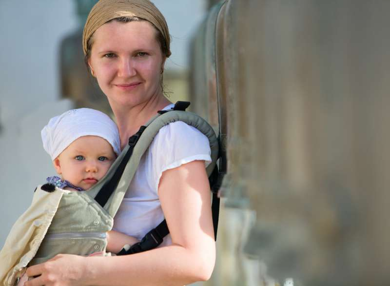Travelling_overseas_with_an_infant_baby_carrier_babyinfo