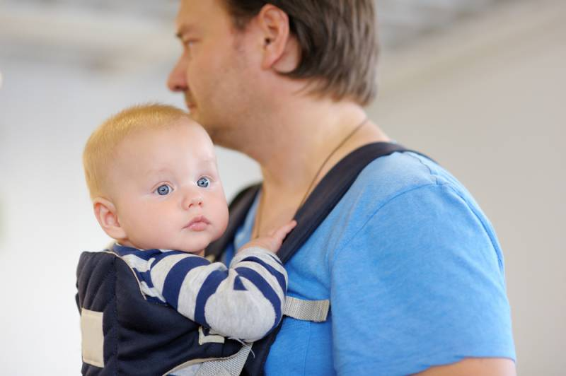 baby_carrier_father_at_home_babyinfo