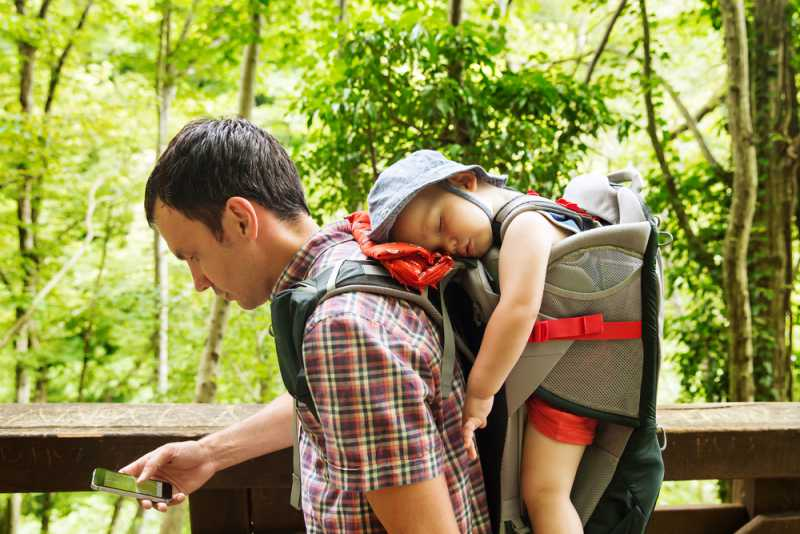 baby_carrier_father_hiking_with_baby_babyinfo