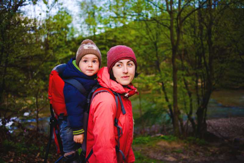 baby_carrier_mother_hiking_with_baby_babyinfo