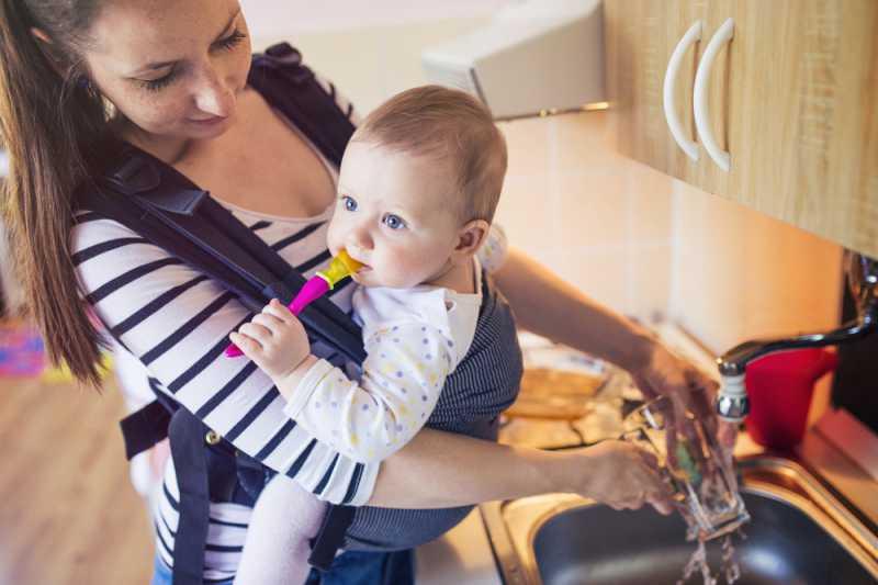 baby_carrier_mum_doing_dishes_2_babyinfo