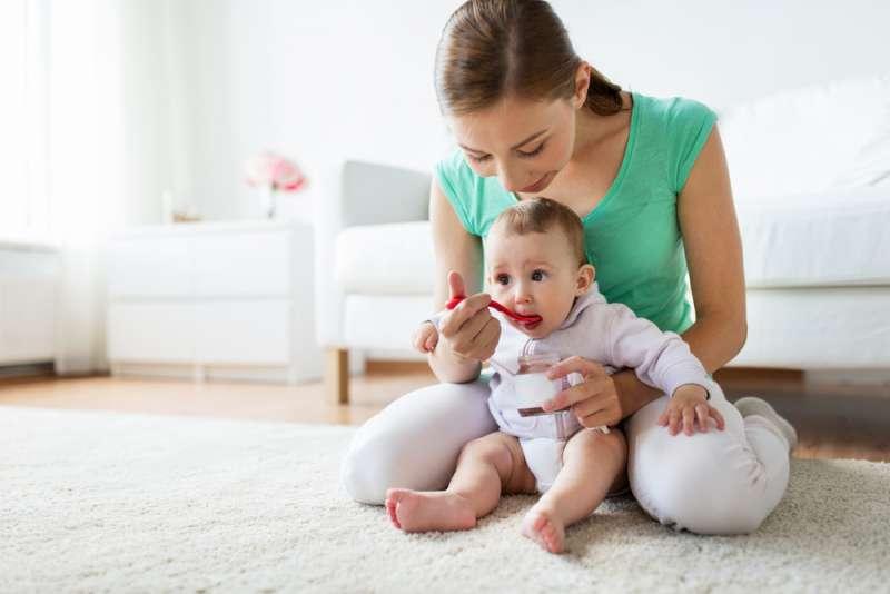baby_led_weaning_mum_feeding_baby_babyinfo