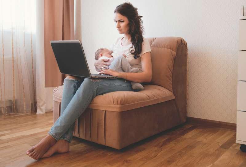breastfeeding_aversions_mum_on_laptop_babyinfo