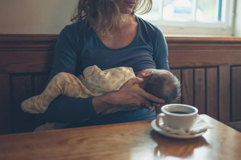 breastfeeding_in_public_coffee_place_babyinfo