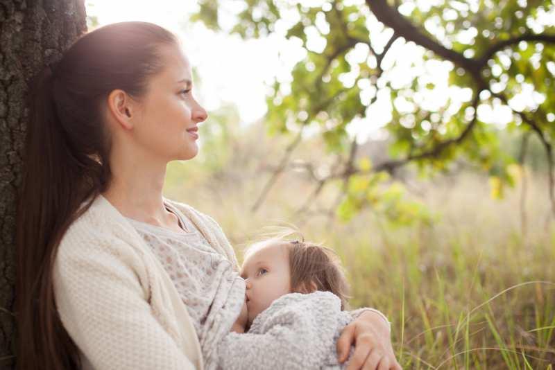 breastfeeding_in_public_tree_babyinfo