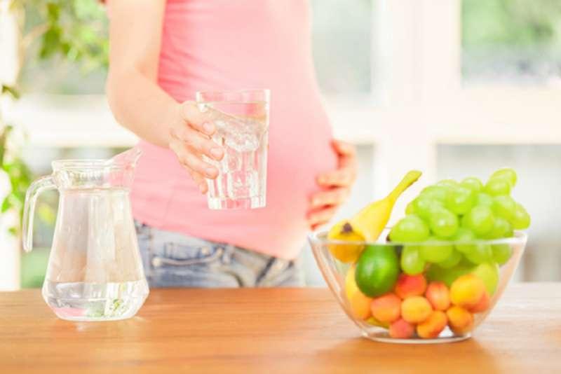 healthy_pregnancy_diet_drinking_water_babyinfo