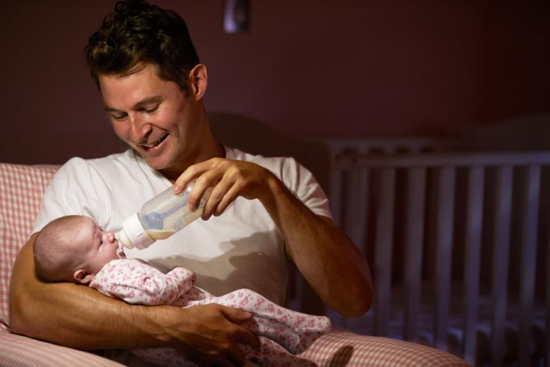 ways_fathers_can_bond_with_babies_feeding_baby_babyinfo